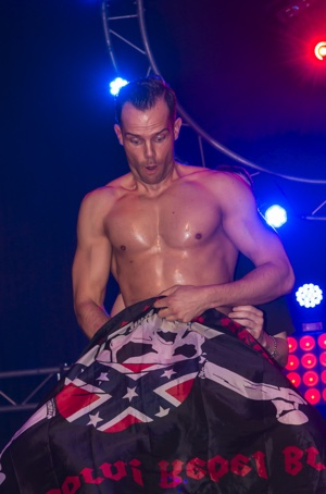 Stripper Kevin geeft een striptease show in Haarlem